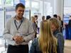 Besucherinnen informieren sich über den Bereich Forschung und Entwicklung an der RFH
