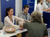 Blutdruckmessen am Stand des Instituts für Medizinökonomie & Medizinische Versorgungsforschung