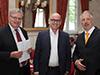 Dirk Müller (rechts) zusammen mit Prof. Dr. Matthias Müller-Wiegand, Vizepräsident des Fachbereichs Wirtschaft & Recht (Mitte), und BWL-Studiengangsleiter Prof. Dr. Harald Meisner (links), der den bekannten Finanzexperten zur RFH eingeladen hatte.