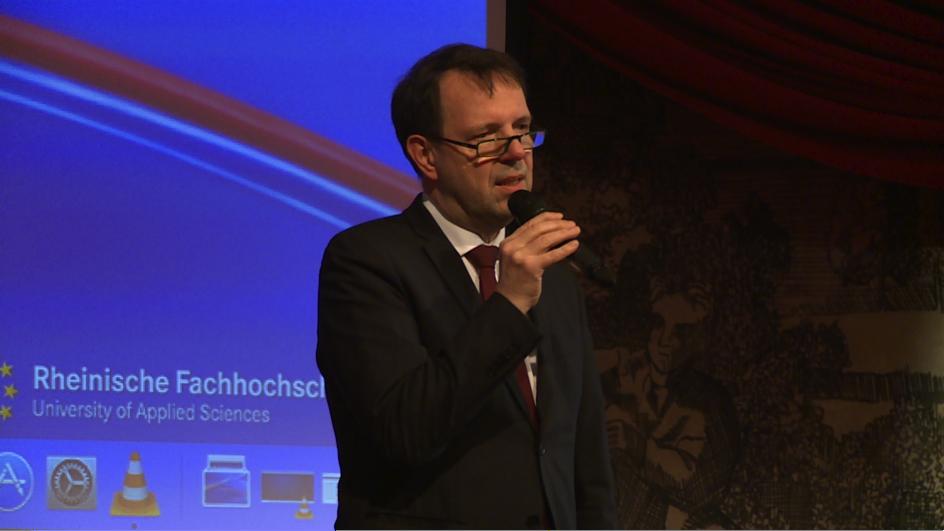 ....und folgt gespannt den Ausführungen des Präsidenten der RFH Köln, Prof. Dr. Martin Wortmann