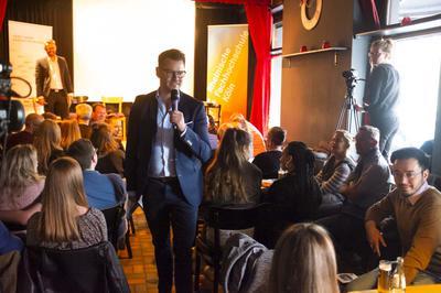 ModeratorMarkus Lampert stellt Publikumsfragen.