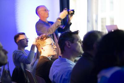 Speaker und Gäste folgen interessiert den Vorträgen.