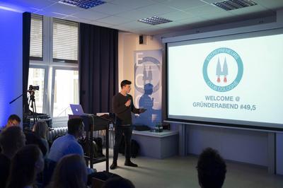 "Hauptmoderator Markus Merz vom ""Entrepreneurs Club Cologne"" begrüßt die Gäste."