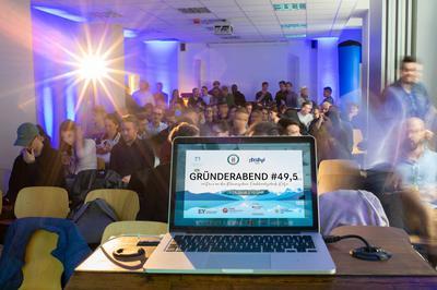 """Potenzielle Gründerinnen und Gründer freuen sich auf einen inspirierenden """"#Gründerabend 49,5""""."""