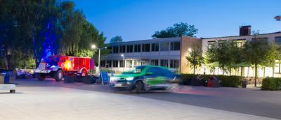 Alt und neu. Das alte Feuerwehrauto (links) ist ein Vielfstoffmotor und kann z.B. auch mit Frittenfett angetrieben werden. Das Elektroauto (rechts) ist eine moderne Version der Mobilität.
