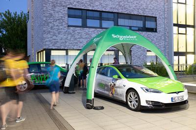 RFH-Partner bei der Nacht der Technik: Schneider Electric präsentierte ein Elektroauto.