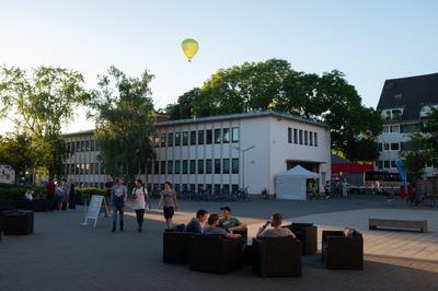 Bestes Wetter und eine einladende Stimmung auf dem Campus Vogelsanger Straße.