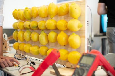 Wie kann man aus einer simplen Zitrone Energie gewinnen? Was brauchtman alles für eine Zitronenbatterie? Wie wird die aufgebaut? Welche Spannung erreicht sie? Was steckt chemisch dahinter? Was kann man damit alles antreiben? Das erklärten eindrucksvoll Elektrotechnik-Studenten.