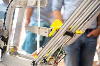 Im Institut für Werkzeug- und Fertigungstechnik (iWFT) wurde messerscharf analysiert (Messer im Schneidleistungstest).