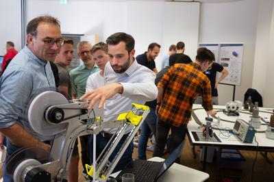 Wissenschaftlicher Mitarbeiter Marius Nahler (M.Eng) an einem Schärfeprüfgerät.