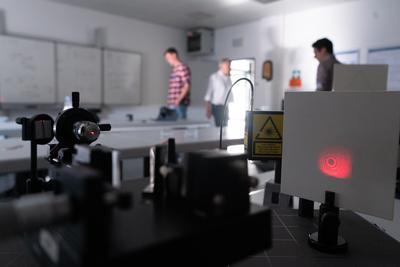Im LaborLaserTechnik (LLT) wurde gezeigt, wie mit einem sogenannten Michelson-Interferometer mittels Laserlicht mit höchster Präzision gemessen werden kann.