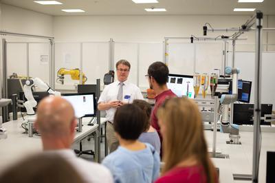 Prof. Dr. Lothar Zunker gibt Gästen Einblicke in das neu ausgestattete Mechatronik-Labor. Er erläuterte die Arbeitsgebiete und die zukünftigen Herausforderungen für die Robotik.