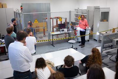 Herr Prof. Dr.-Ing. Malte Böhme demonstrierte im Hochspannungslaboreine eindrucksvolle Blitzentladung.