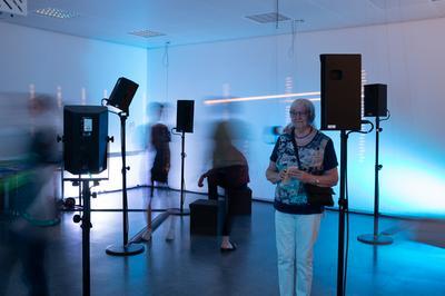 Die Soundinstallation 'hörens - Akustische Archive und Klangarchitektuen' entspringt der Arbeit des 'Freien SoundLab' der RFH Köln. In der audiblen Plastik dieser Soundinstallation werden 'Akustische Identitäten' von Studierenden der RFH Köln hörbar.