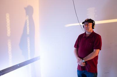 Soundinstallation: In ihrem fluiden Zusammenspiel entstehen immer wieder neue Klangarchitekturen, die den Raum wechselnd modellieren, akustisch einfärben und somit auch atmosphärisch stimmen. Über ein Audiointerface wird das Publikum ebenso zum Mitgestalter der Raum-Klanginstalltion.
