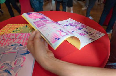 """Clément Ecke präsentiert sein Magazin """"Copyzine"""" (""""Editorial Design"""") über die Beziehung zwischen Original und Kopie in der Gesellschaft."""