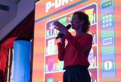 """Prof. Marie-Susann Kühr, Leiterin des Bachelorstudiengangs """"Mediendesign"""" berufsbegleitend, gibt den Startschuss zu einem spannenden P-Day im Sommersemester 2019."""